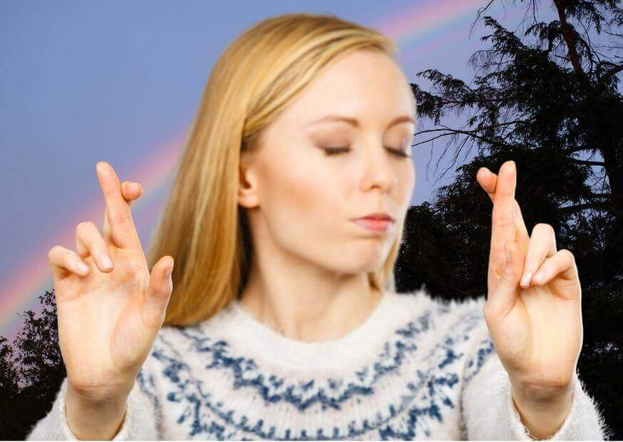woman cross her fingers to keep promise e self-trust